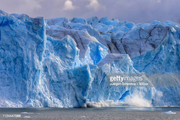 large piece of ice collapses at the perito moreno glacier - glacier collapsing stock pictures, royalty-free photos & images