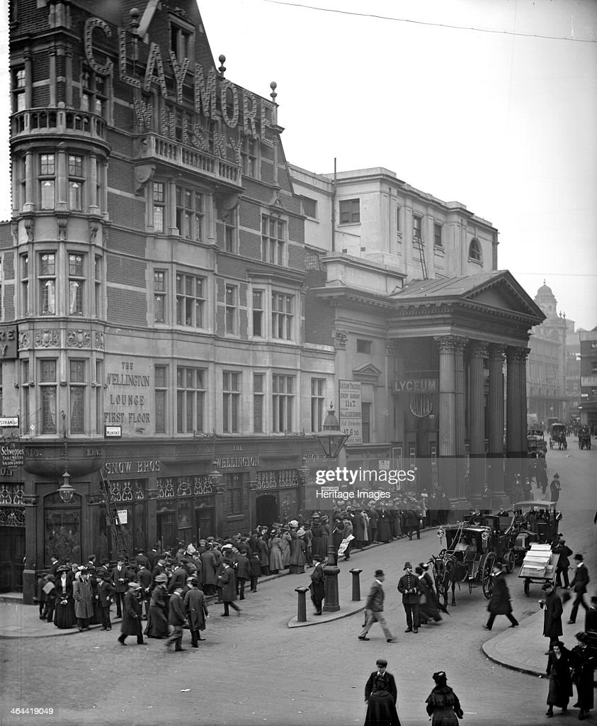 A large queue outside the Lyceum Theatre, London, 1909. Artist: Bedford Lemere and Company : News Photo