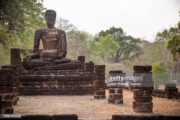large seated buddha with broken arm, wat singh temple, khet aranyik, kamphaeng phet historical park, thailand - ancient civilization stock pictures, royalty-free photos & images