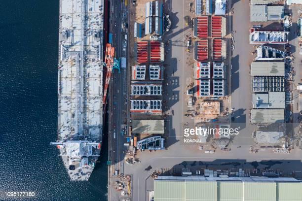 una grande nave è in costruzione nel cantiere navale - cantiere navale foto e immagini stock