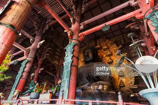 大きな大仏殿の大きな神社青銅仏 - 奈良市 ストックフォトと画像
