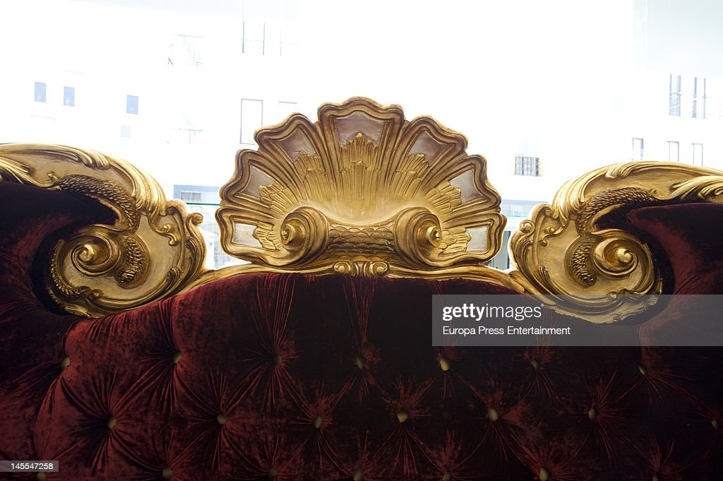 Perfect A Large Sofa, Which Michael Jackson Was Going To Use On His Last Concert  Tour