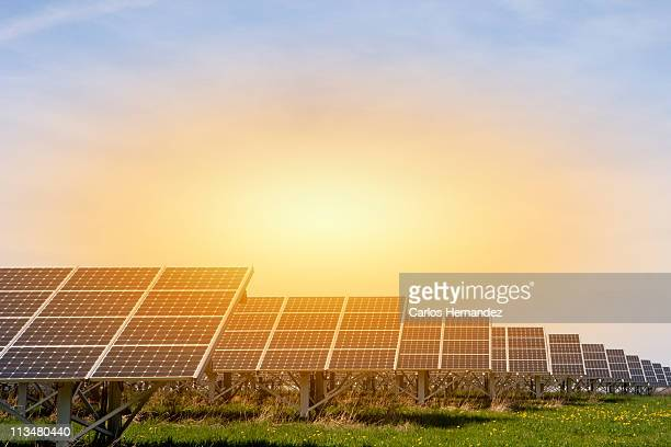 large solar energy plant - panel solar fotografías e imágenes de stock