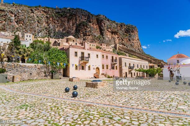a large square in the lower town on monemvasia - monemvasia - fotografias e filmes do acervo