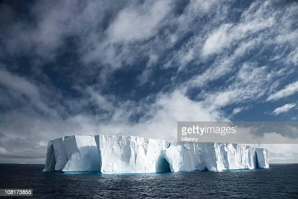 Tabloid große Eisberg in Ocean