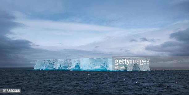 Grand iceberg tabulaire flottant dans l'Antarctique