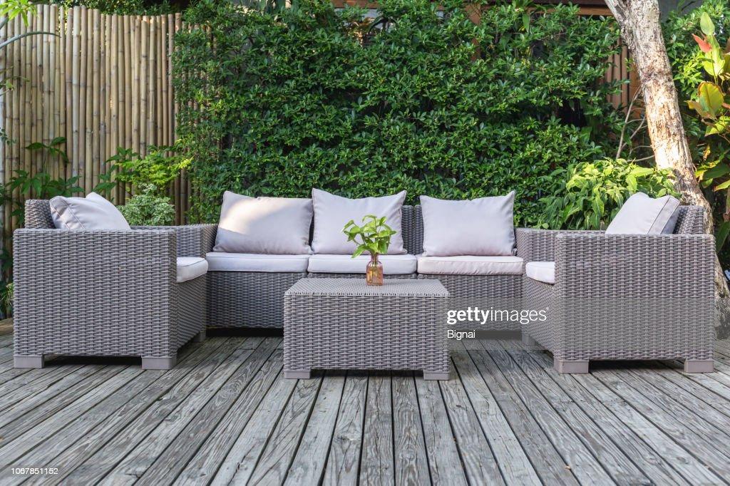 Patio Terraza Con Muebles De Jardín De Ratán En El Jardín En