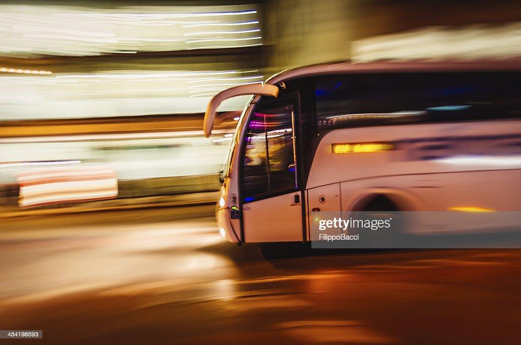 Grandes excursiones turísticas de autobús rápido en la ciudad : Foto de stock