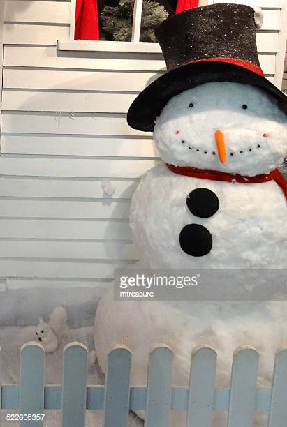 広々としたスノーマントーイ lifesize カットイラスト、ホテルのフロントドア、冬クリスマスのディスプレイ - 実物大 ストックフォトと画像