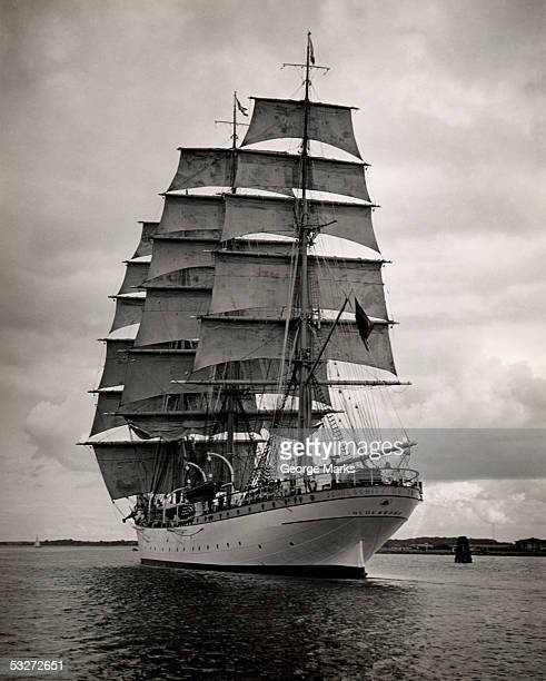 large vintage ship under full sail - voilier noir et blanc photos et images de collection