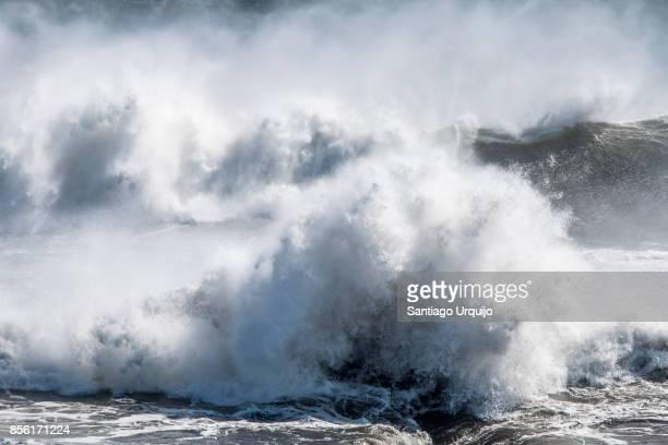 large waves breaking against laekjavik coast - rebentação imagens e fotografias de stock