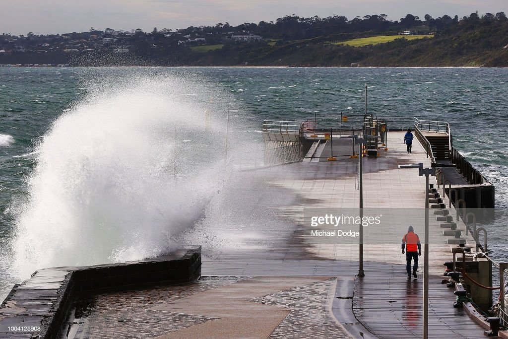 Fotos e imagens de severe weather warning for melbourne as wild