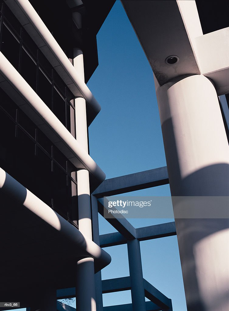 large white columns and pillars support an open building where the blue sky can be seen : Foto de stock