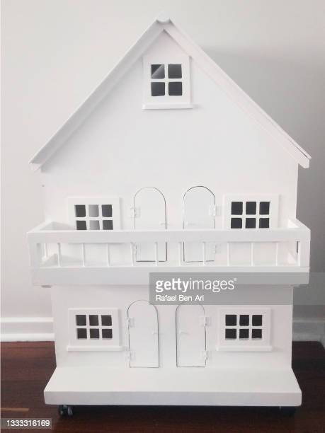 large white dollhouse front - rafael ben ari - fotografias e filmes do acervo