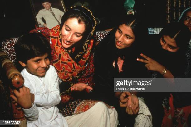 Benazir Bhutto & Ppp Photos et images de collection ...