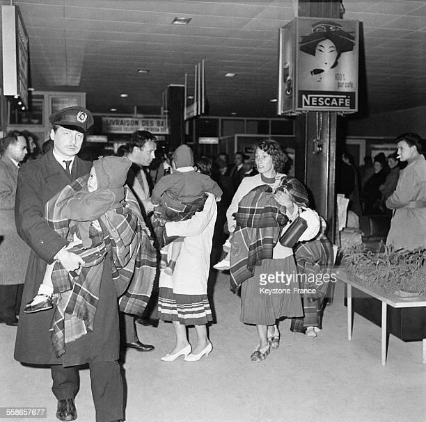 A l'aéroport la population tente de fuir la ville après le tremblement de terre à Agadir Maroc en janvier 1960