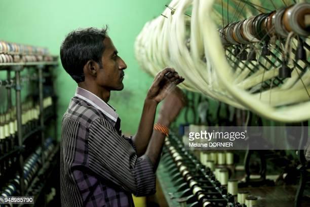 A l'arriere des maisons de Sidhagata dans de petites pieces sombres sans ouverture un bruit incessant se degage des lignes d'embobinage qui...