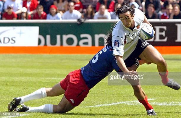 l'arrière du Stade toulousain Clément Poitrenaud est plaqué par le troisquarts aile argentin du Stade français Ignacio Corletto lors de la rencontre...