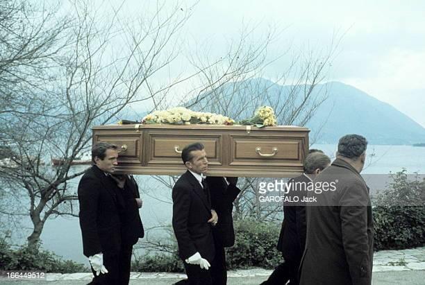 The Funeral Of Aristotle Onassis Les funérailles d'Aristote ONASSIS sur l'île de Skorpios en Grèce mars 1975 l'arrivée du cercueil sur l'île