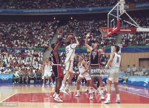 """Larry Bird , Mitglied des legendären US-amerikanischen """"Dream Teams"""", erwartet am bei den Olympischen Sommerspielen von Barcelona bei der..."""