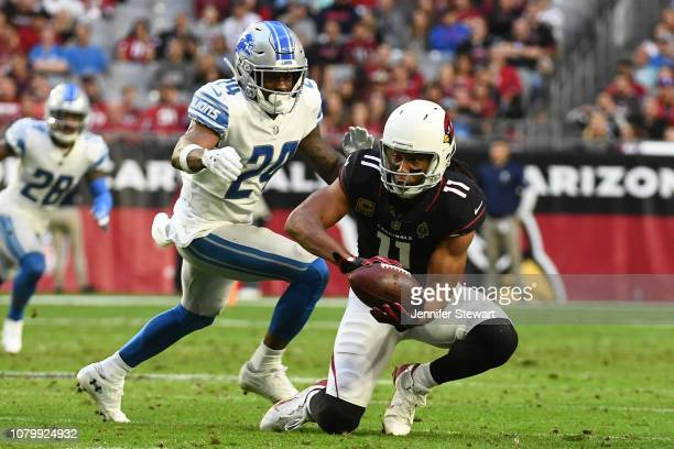 Larry Fitzgerald of the Arizona Cardinals makes his 1,282nd career catch to surpass NFL Hall of Famer Jerry Rice for the most receptions with one...