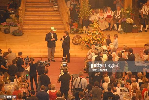 "Larry Hagman , Andy Borg, davor Kameramänner, Publikum, ARD/ORF/SF-Musikshow ""Musikantenstadl"", München, Bayern, Deutschland, Europa, ""Olympiahalle"",..."