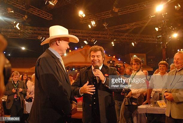 Larry Hagman Andy Borg Publikum ARD/ORF/SFMusikshow Musikantenstadl München Bayern Deutschland Europa Olympiahalle OktoberfestShow Auftritt Mikrofon...