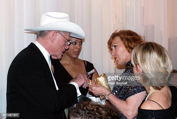 """Larry Hagman beim Lose verkaufen mit Milka , Gäste, Charity-Veranstaltung 13. """"Unesco-Benefiz-Gala"""" für Kinder in Not, Hotel """"Swissotel"""", Neuss,..."""