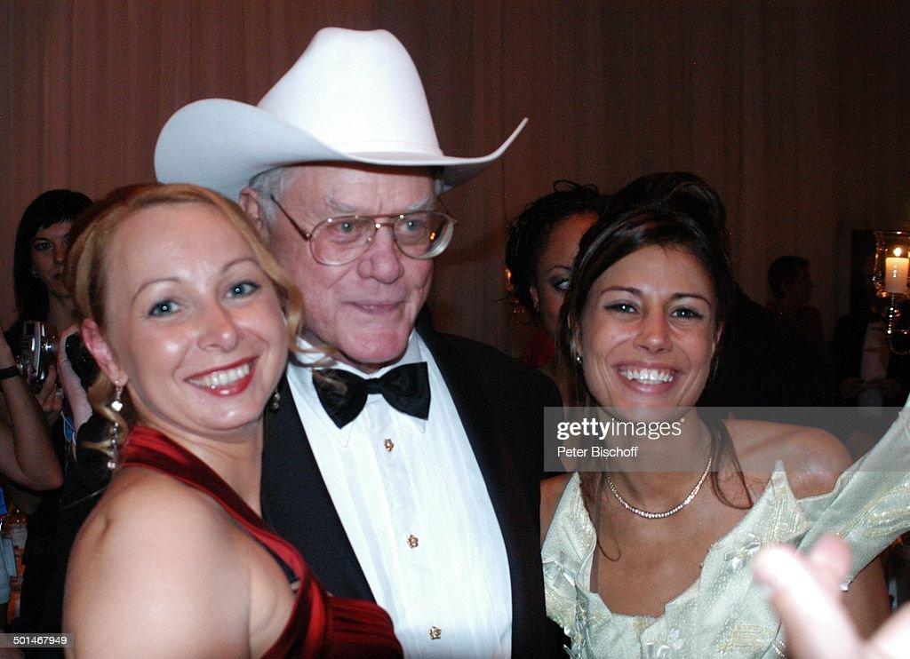 """Larry Hagman (mit Cowboy-Hut """"Stetson"""", US-Schauspieler) beim Lose verkaufen mit Mil : News Photo"""