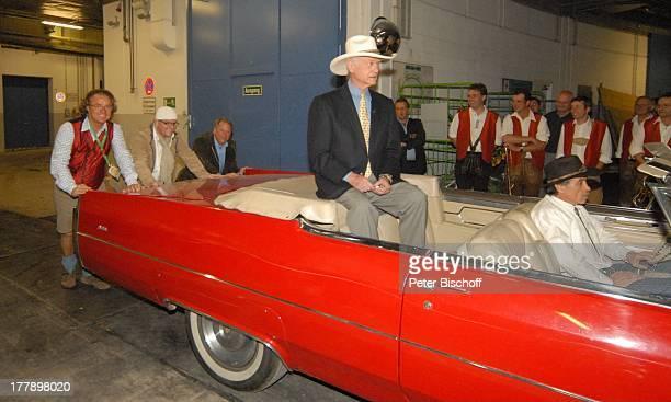 Larry Hagman DJ tzi dessen Manager Wolfgang Kaminski Daniel Bauchinger Fahrer Mitwirkende Volksmusikgruppe ARD/ORF/SFMusikshow Musikantenstadl...