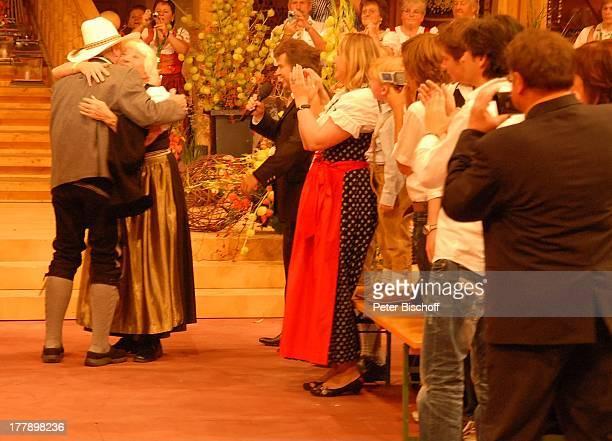 """Larry Hagman , Ehefrau Maj Axelsson, Andy Borg, Publikum, Pressefotografen , ARD/ORF/SF-Musikshow """"Musikantenstadl"""", München, Bayern, Deutschland,..."""