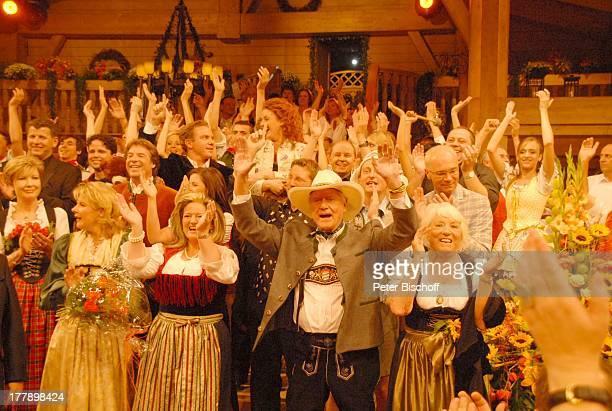 """Larry Hagman , Ehefrau Maj Axelsson , Carolin Reiber , Mitwirkende, ARD/ORF/SF-Musikshow """"Musikantenstadl"""", München, Bayern, Deutschland, Europa,..."""