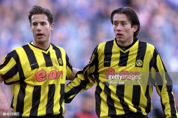 Lars Ricken und Tomas Rosicky Mittelfeldspieler beim FußballBundesligisten Borussia Dortmund halten sich am Arm