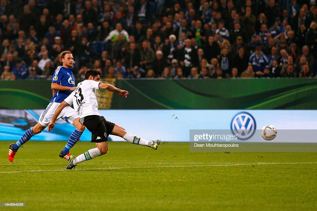 FC Schalke 04 v Borussia Moenchengladbach  - DFB Cup : News Photo