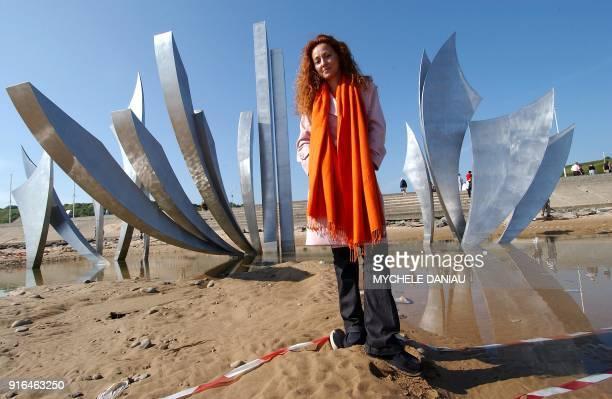 l'artiste Anilore Banon pose le 20 mai 2004 devant sa sculpture monumentale les 'Braves' sur la plage de SaintLaurentsurmer plus connue sous le nom...