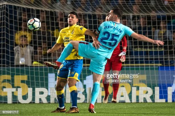 Las Palmas' Argentinian forward Jonathan Calleri vies with Barcelona's Belgian defender Tomas Vermaelen during the Spanish league football match UD...