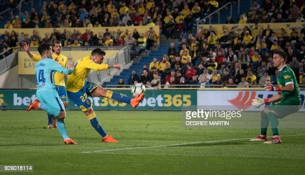Las Palmas' defender Ximo Navarro Jimenez vies with Barcelona's Brazilian midfielder Philippe Coutinho during the Spanish league football match UD...