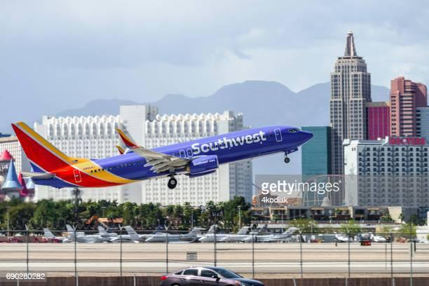 las vegas casino hotelgebäude mit flugzeug abheben im vordergrund - südwesten stock-fotos und bilder
