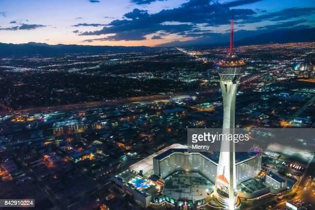 las vegas stratosphere tower bei nacht luftbild - mlenny stock-fotos und bilder