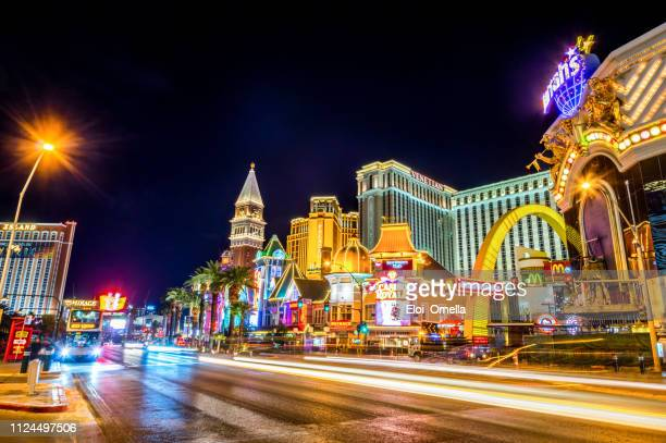 las vegas strip at night - mirage hotel stock pictures, royalty-free photos & images