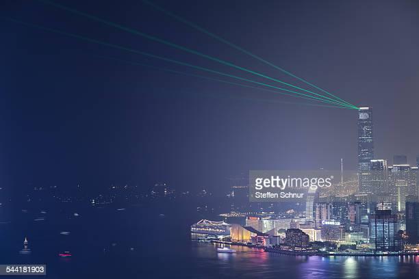 laser show skyscraper panorama view hong kong - land in sicht stock-fotos und bilder