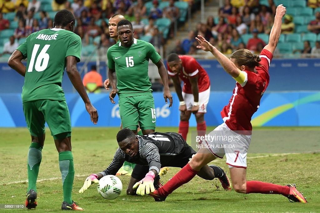 Lasse Vibe (R) of Denmark vies for the ball with goalkeeper Daniel Akpeyi (C) of Nigeria during the Rio 2016 Olympic Games mens quarter-final football match Nigeria vs Denmark, at the Arena Fonte Nova Stadium in Salvador, Brazil on August 13, 2016. / AFP / NELSON