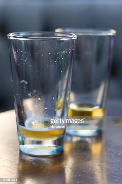 la última visita - vaso de cerveza fotografías e imágenes de stock