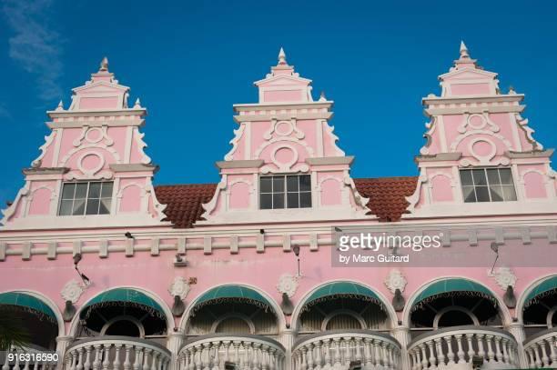 last light of the day on a pink building facade in oranjestad, aruba - オラニェスタット ストックフォトと画像