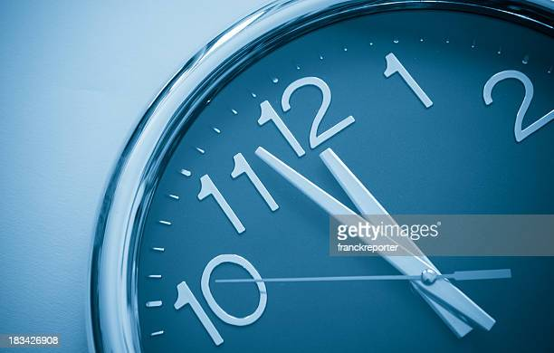 last minute , right on time - klok stockfoto's en -beelden