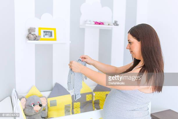 Famille préparation du bébé qui en sortent