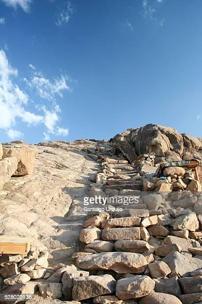 last steps before summit of mount sinai - monte sinai imagens e fotografias de stock