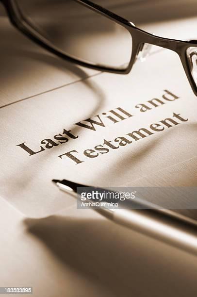Letzten Willen und testament mit Kugelschreiber und Gläser