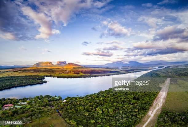 vista panorámica por la tarde del río carrao y tepuis en el parque nacional canaima, venezuela - la gran sabana fotografías e imágenes de stock