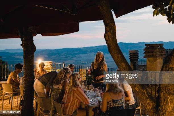 cena tarde en la noche - cultura mediterránea fotografías e imágenes de stock